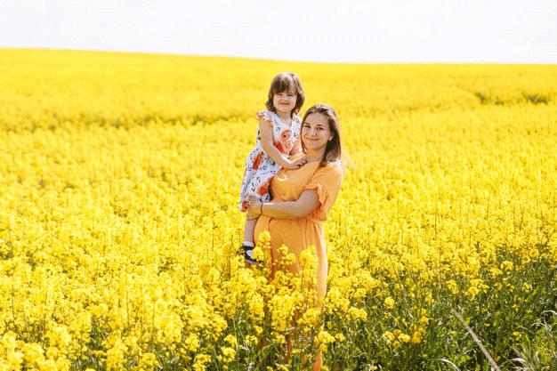 belle-jeune-maman-enceinte-sa-petite-fille-dans-champ-colza-jaune_263818-112