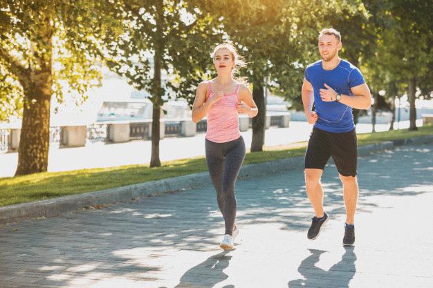 femme-sportive-homme-jogging-au-parc-dans-lumiere-du-lever-du-soleil_155003-8596